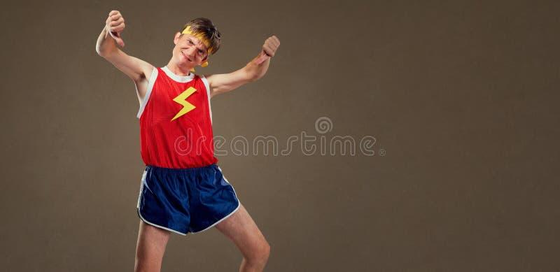 Um indivíduo engraçado fino na roupa dos esportes mostra seu dedo para baixo imagem de stock royalty free