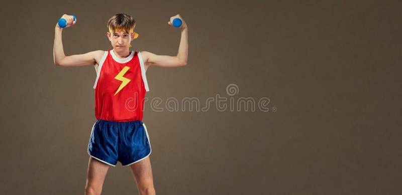 Um indivíduo engraçado fino nos esportes veste-se com pesos pequenos imagem de stock