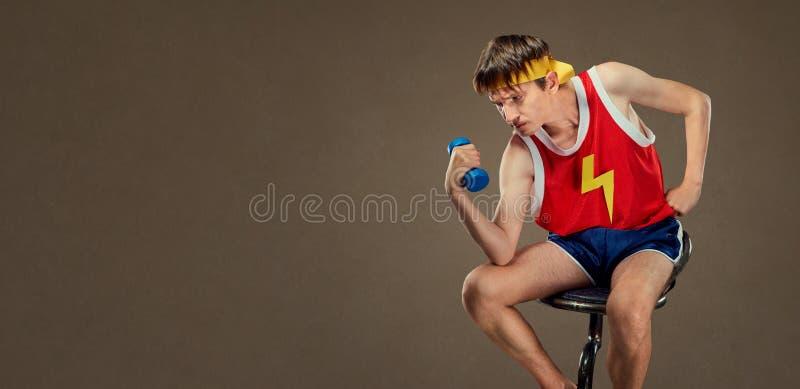 Um indivíduo engraçado fino nos esportes veste-se na pose do grego finamente foto de stock