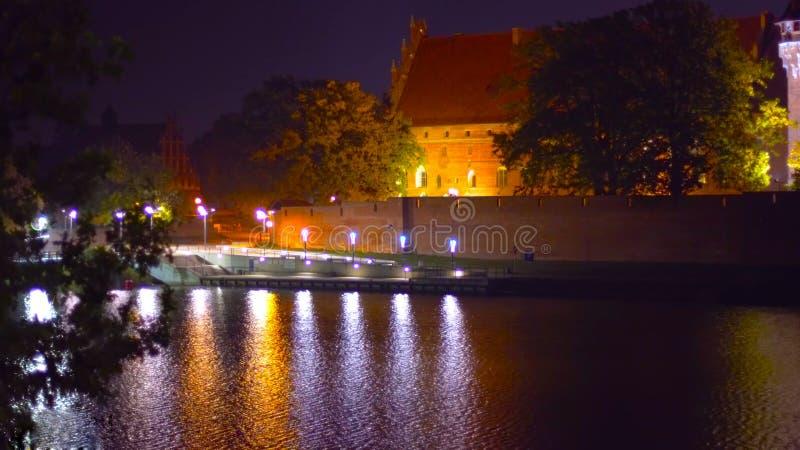 Um instantâneo de um palácio no Polônia - na noite - que negligencia as montanhas altas - um lugar para um piquenique - em janeir fotografia de stock