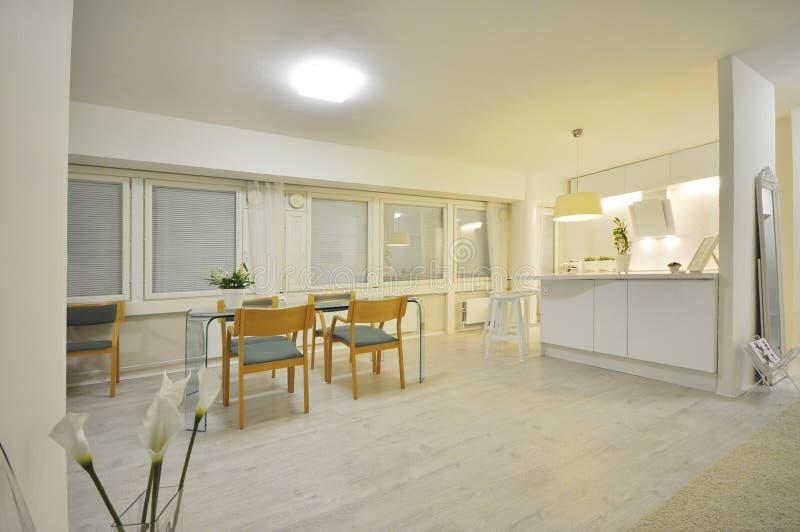 Um interior bonito, calmo e luxuoso do escritório domiciliário decorado com estilo escandinavo e uma tabela de vidro italiana, en imagens de stock