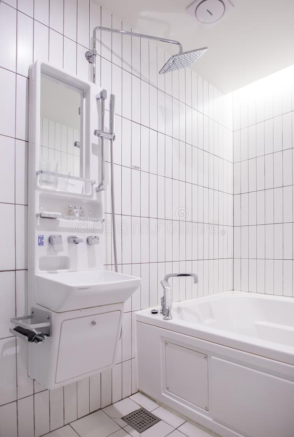 Um interior de uma casa de banho com chuveiro fotos de stock royalty free