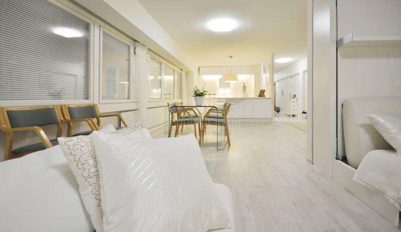 Um interior do escritório domiciliário ou uma sala luxuosa espaçoso e bonita da negociação com uma tabela de vidro italiana e os  fotos de stock