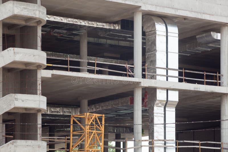 Um interior inferior do prédio de escritórios da construção Um salão enorme com as janelas panorâmicos que estão sendo construída imagens de stock royalty free
