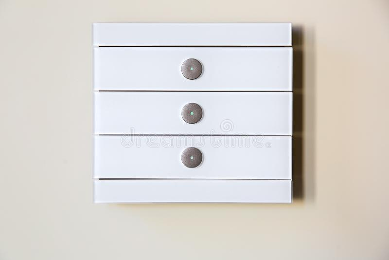 Um interruptor da luz multifuncional sensível do toque de vidro branco moderno imagens de stock