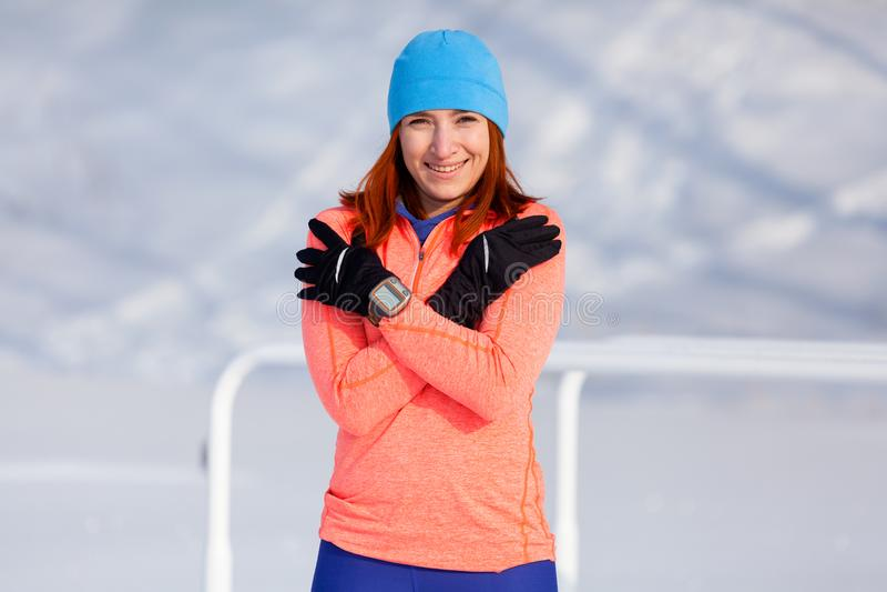 Um inverno running da jovem mulher imagens de stock