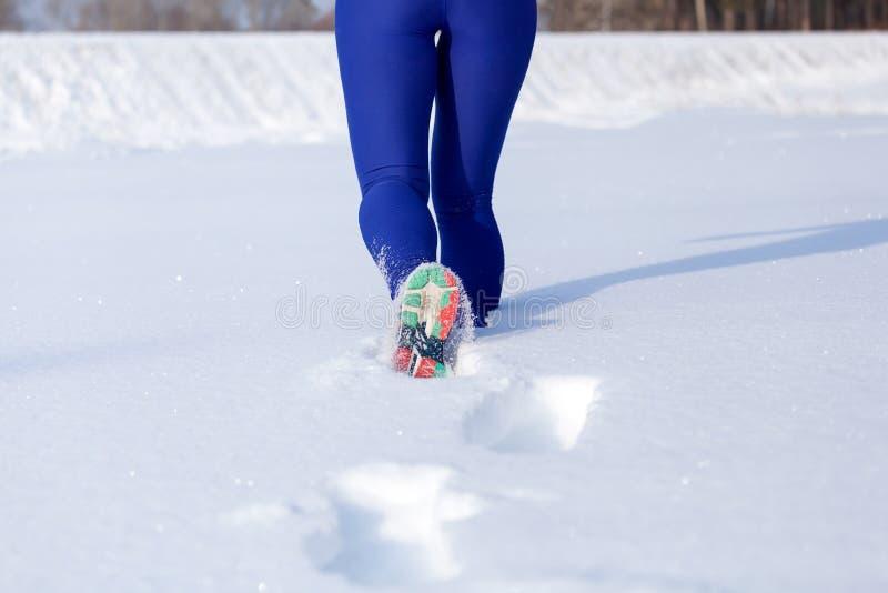 Um inverno running da jovem mulher foto de stock royalty free