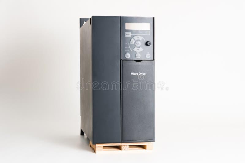 Um inversor universal novo para controlar a corrente elétrica e o poder para industrial em um fundo do branco cinzento fotos de stock