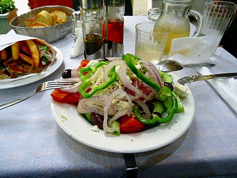 Um jantar completo e delicioso em um restaurante em Atenas Grécia imagens de stock royalty free