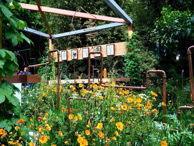 Um jardim brilhante com imagem do assento e do mosaico fotos de stock royalty free