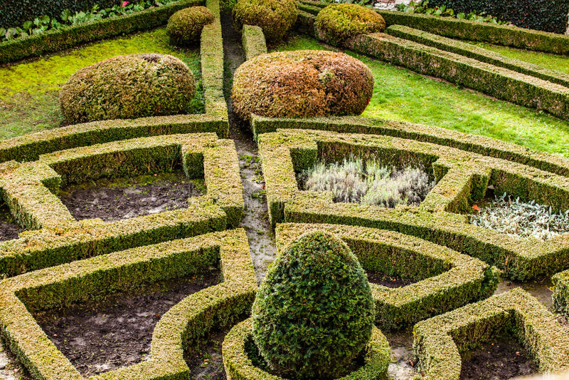 Um jardim formal do século XVIII no castelo Pieskowa Skala no Polônia. fotografia de stock royalty free