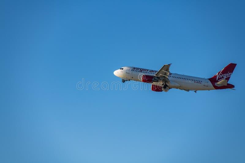 Um jato das linhas aéreas de Virgin America decola no aeroporto internacional de Los Angeles foto de stock