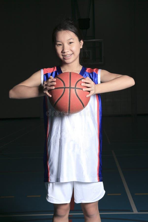 Um jogador de basquetebol asiático no campo do gymnase imagens de stock royalty free