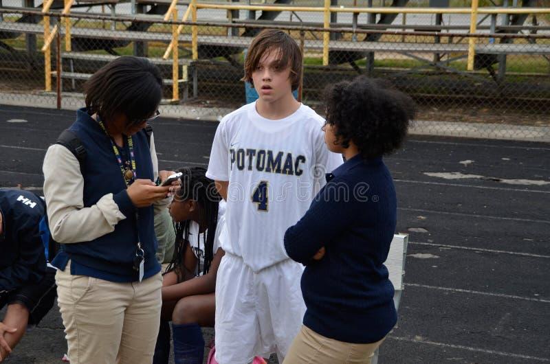 Um jogador de futebol da High School obt?m questionado por um rep?rter para o jornal de escola imagem de stock royalty free