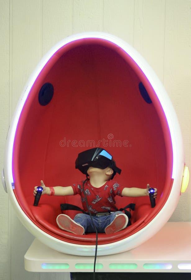 Um jogo da realidade virtual no planeta de T-Rex, centro da expo de Tucson imagem de stock
