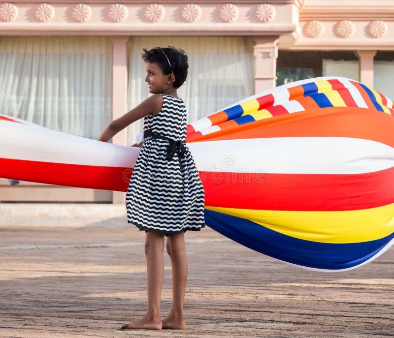 Um jogo de crianças com bandeira budista imagens de stock