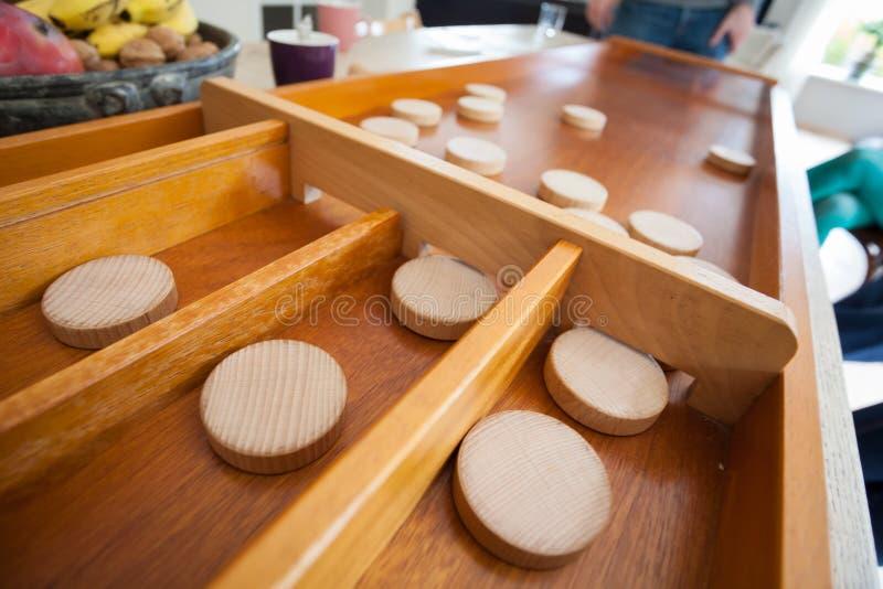 Um jogo holandês tradicional chamado ` sjoelen o ` Os discos de madeira levantados foto de stock royalty free
