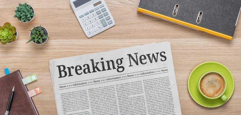 Um jornal em uma mesa com a manchete Breaking News foto de stock royalty free