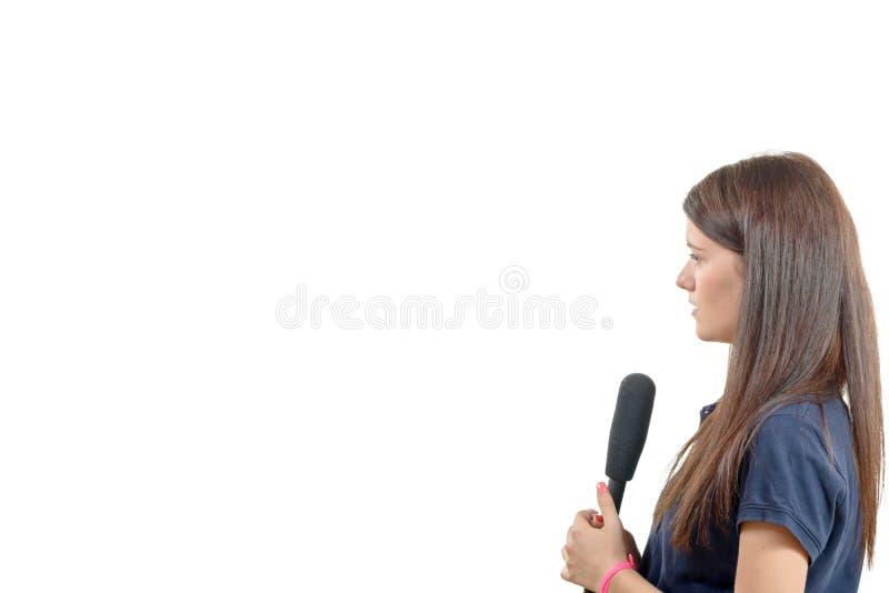 Um journalista da jovem mulher com um microfone foto de stock