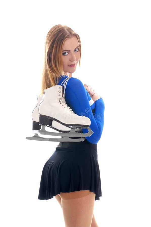 Um jovem e uma menina do ajuste com inverno patinam foto de stock