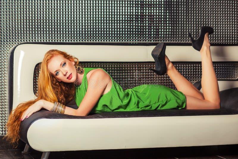 Um jovem, menina do ruivo na roupa elegante para o clube noturno imagem de stock royalty free
