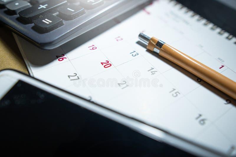 Um lápis é colocado no calendário fotografia de stock