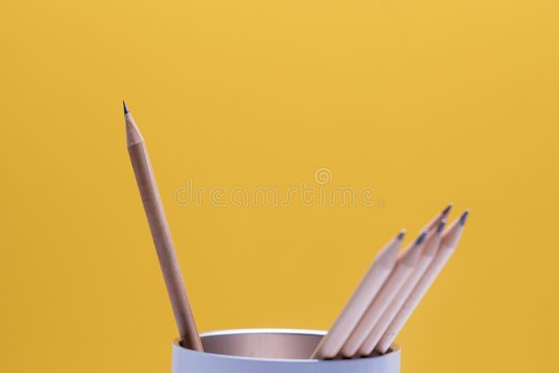 Um lápis de madeira aponta do que outro na caixa branca foto de stock