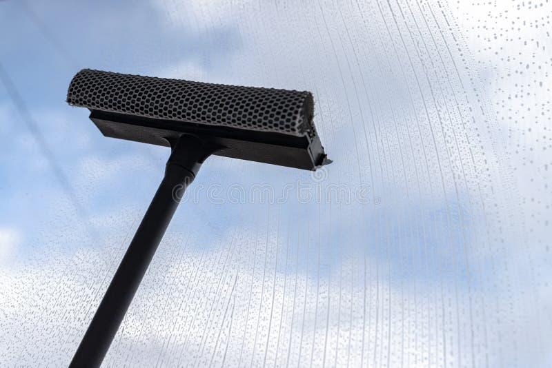 Um líquido de limpeza de janela especial limpa o líquido espumoso da superfície de vidro imagens de stock royalty free