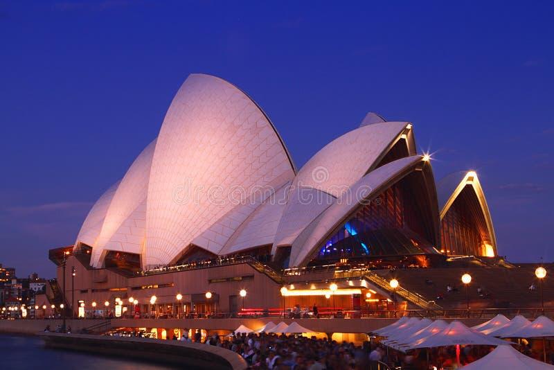 Um lado do teatro da ópera de Sydney imagens de stock royalty free