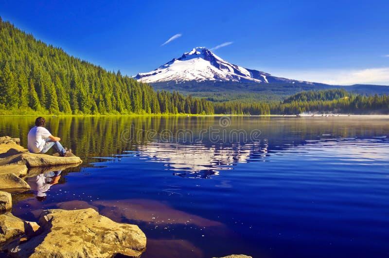 Um lago bonito do trillium em oregon fotos de stock