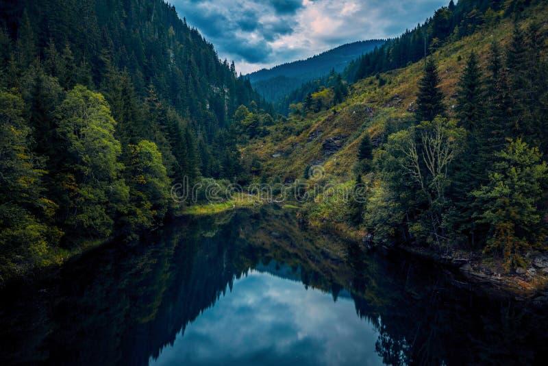 Um lago bonito localizou profundamente nas montanhas cercadas por um f foto de stock royalty free