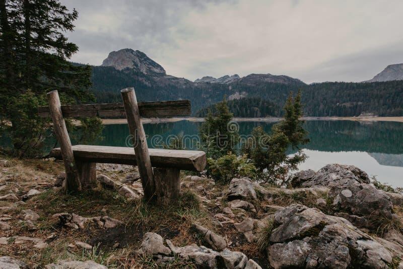 Um lago bonito nas montanhas Lago preto, Montenegro - Imagem imagens de stock