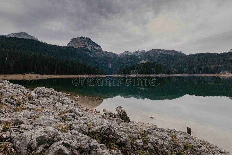 Um lago bonito nas montanhas Lago preto, Montenegro - Imagem foto de stock
