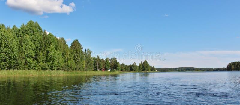 Um lago calmo em Norrbotten foto de stock royalty free
