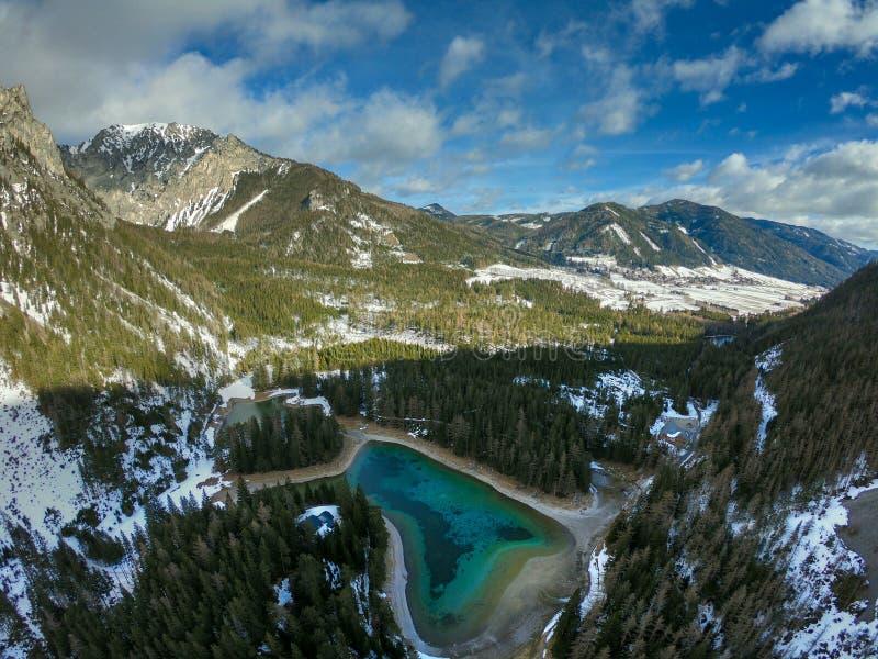 Um lago claro frio nos cumes fotos de stock
