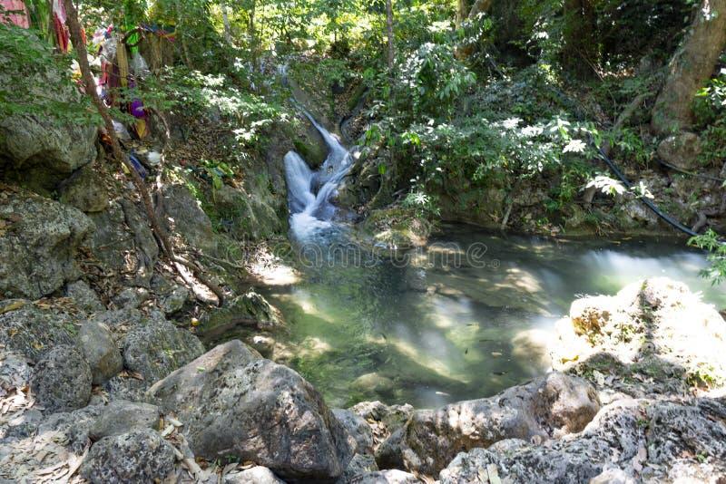 Um lago e uma cachoeira pequena na selva Tail?ndia fotos de stock