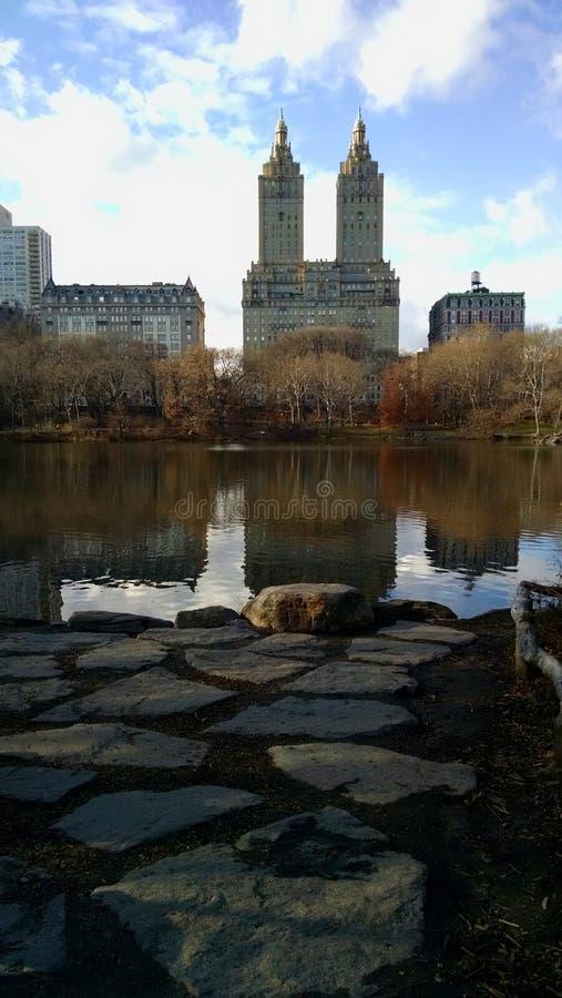 Um lago em Central Park imagem de stock royalty free
