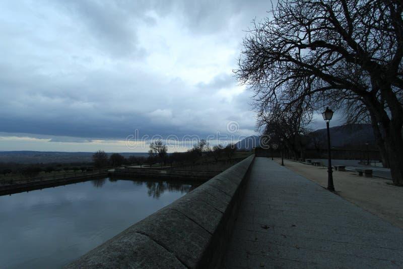 Um lago em uma cidade com céu bonito foto de stock royalty free