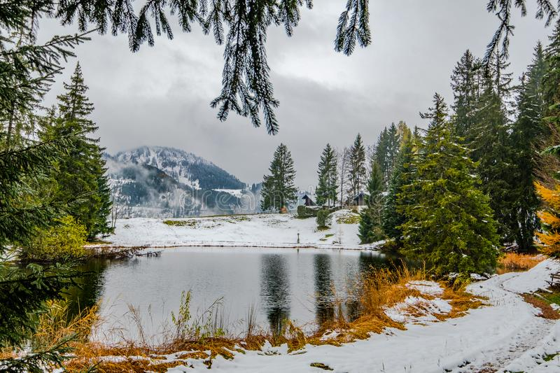 Um lago idílico pequeno da montanha perto de Montreux em Suíça no inverno adiantado imagens de stock