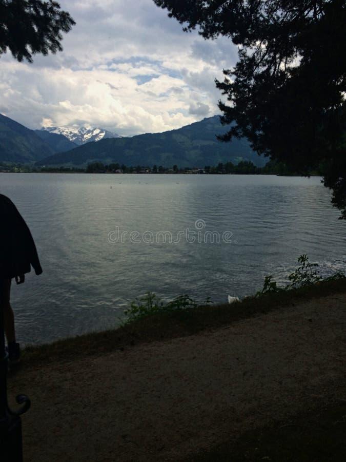 um lago nas montanhas com árvores na frente fotos de stock