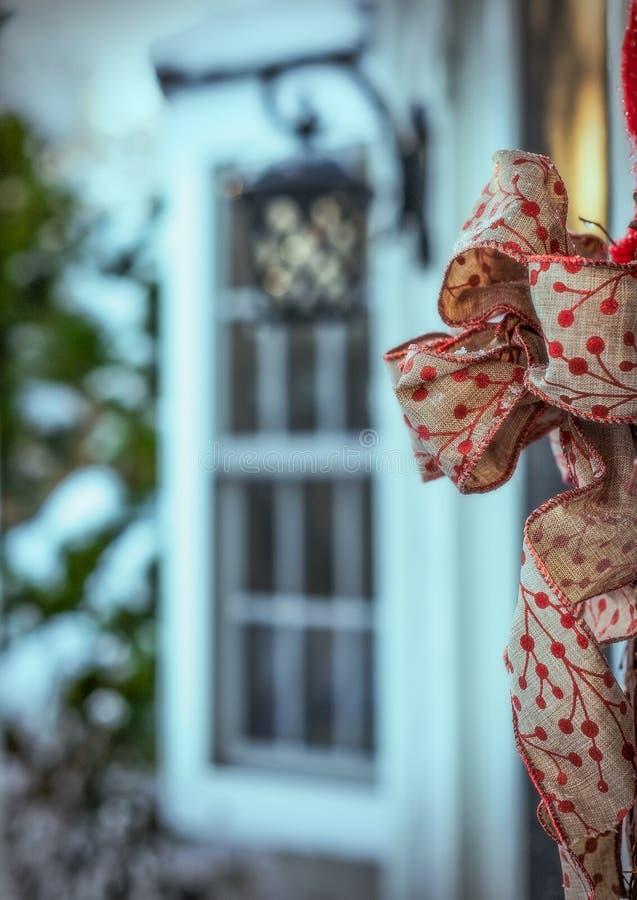 Um lenço decorativo unido a uma porta exterior imagem de stock