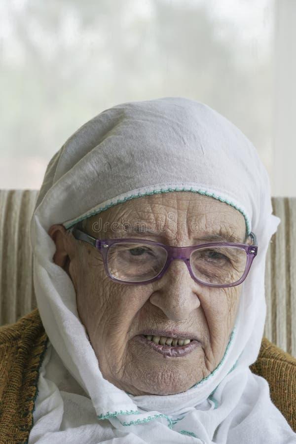 Um lenço vestindo da mulher superior fotos de stock royalty free