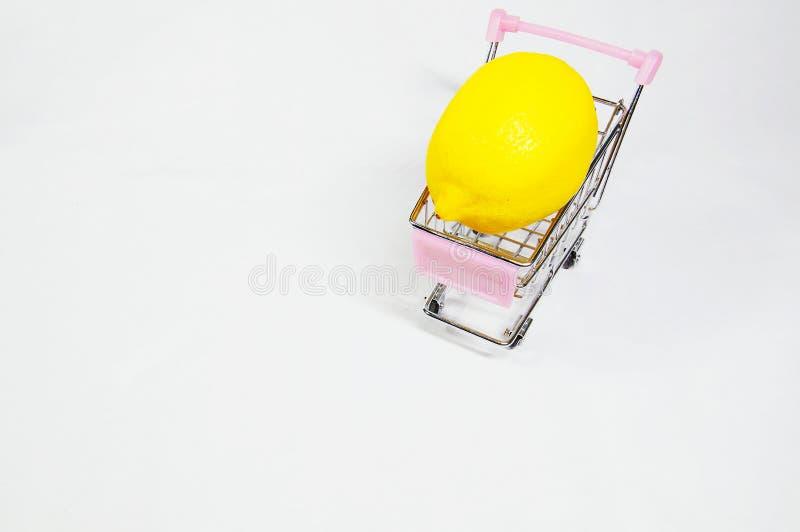 Um lim?o on/inside o mini trole de compra imagens de stock royalty free