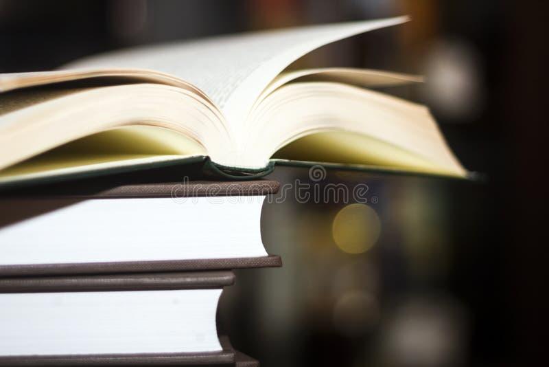 Um livro aberto em uma pilha de livro imagem de stock royalty free