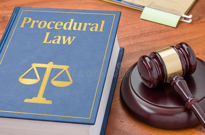 Um livro de direito com um gavel - Direito processual imagens de stock