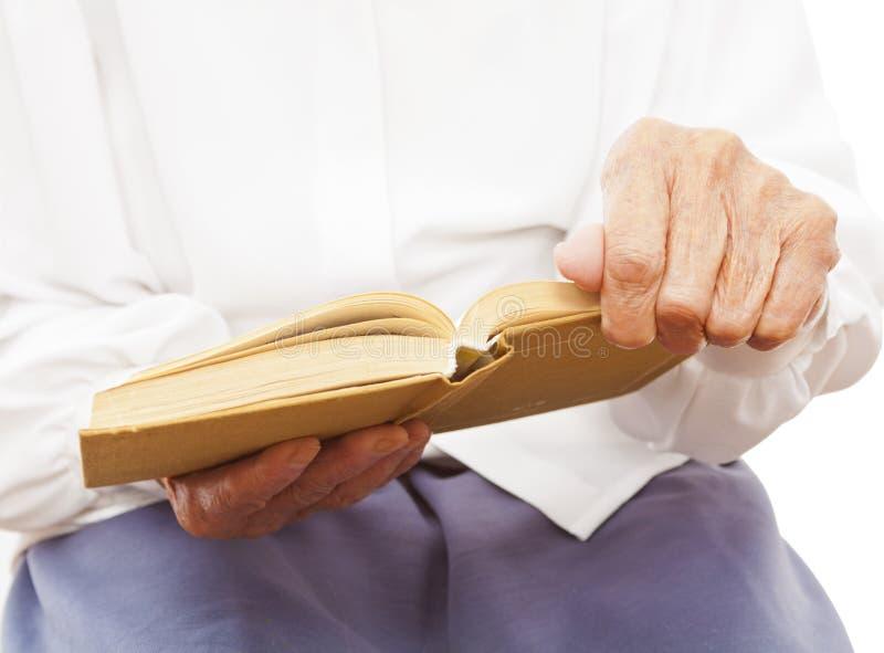 Um livro na mão de uma mulher adulta foto de stock royalty free