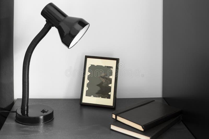 Um livro quadro da imagem e de nota da lâmpada de mesa fotos de stock