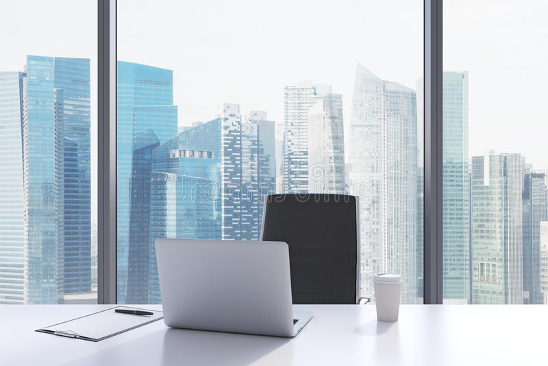 Um local de trabalho em um escritório panorâmico moderno com opinião de Singapura imagem de stock