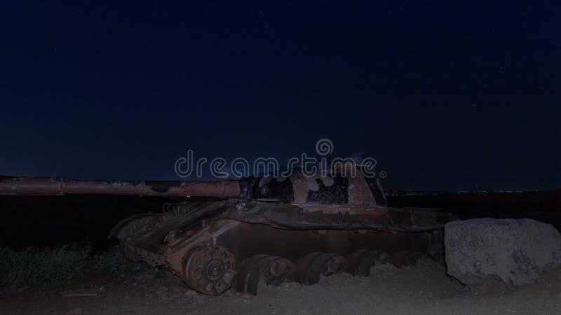 Um local memorável para soldados caídos do batalhão 77 da onça na noite O tanque matado está no campo de batalha no vale dos rasg foto de stock