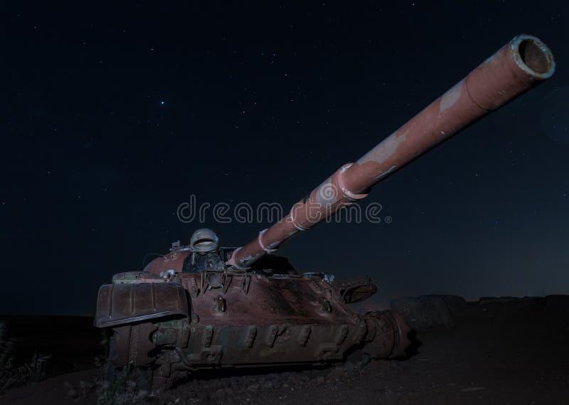 Um local memorável para soldados caídos do batalhão 77 da onça na noite O tanque matado está no campo de batalha no vale dos rasg fotos de stock